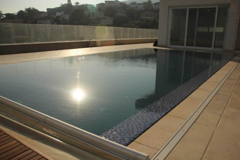 בריכת שחיה ביתית מעוצבת בבית פרטי